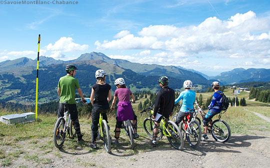 Moutainbikers in Les Gets - Les Portes du Soleil ©SavoieMontBlanc-Chabance