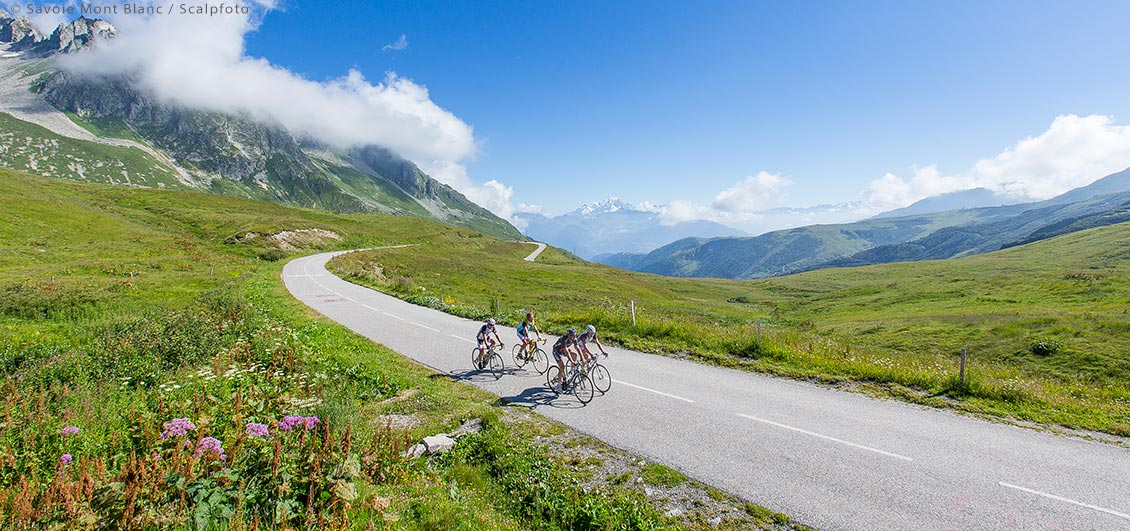 Cyclists at the Col de la Madeleine. ©Savoie Mont Blanc / Scalpfoto